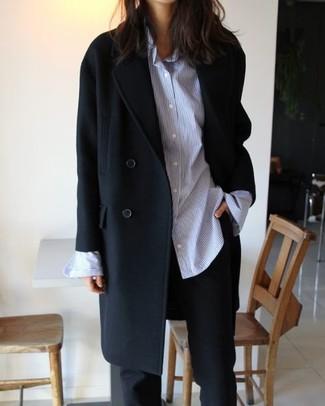 Wie kombinieren: schwarzer Mantel, hellblaues vertikal gestreiftes Businesshemd, schwarze Anzughose