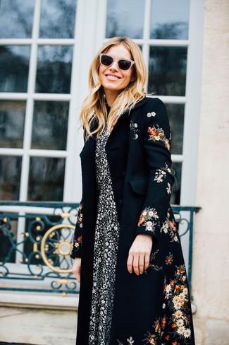 Schwarzen Mantel mit Blumenmuster kombinieren: trends 2020: Kombinieren Sie einen schwarzen Mantel mit Blumenmuster mit einem schwarzen und weißen Midikleid mit Blumenmuster, um ein legeres Outfit zu erreichen.