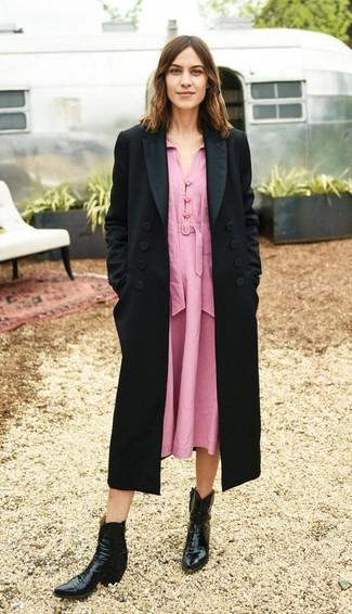 Wie kombinieren: schwarzer Mantel, rosa Midikleid, schwarze Cowboystiefel aus Leder