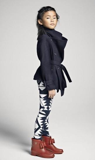 Wie kombinieren: schwarzer Mantel, schwarze und weiße bedruckte Leggings, braune Gummistiefel