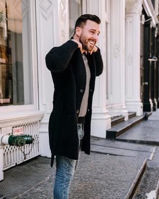 Wie kombinieren: schwarzer Mantel, weißes und schwarzes horizontal gestreiftes T-Shirt mit einem Rundhalsausschnitt, blaue enge Jeans