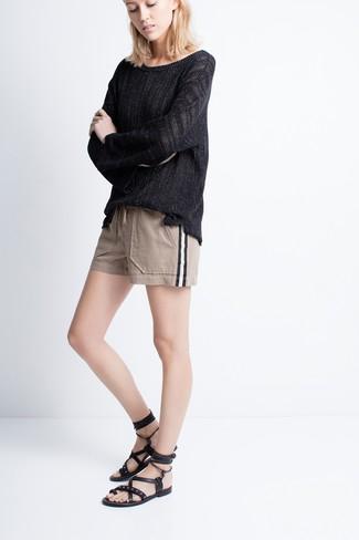 Zeigen Sie Ihre verspielte Seite mit einem schwarzen oversize pullover und hellbeige shorts. Bringen Sie die Dinge durcheinander, indem Sie schwarzen römersandalen aus leder mit diesem Outfit tragen.
