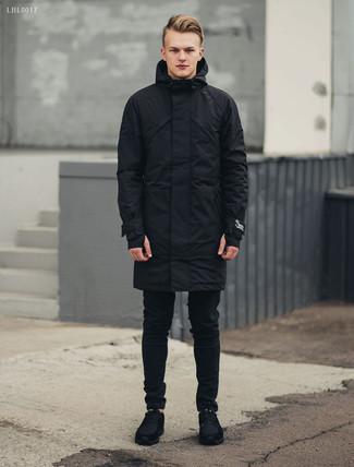 Wie kombinieren: schwarzer Parka, schwarze enge Jeans, schwarze Wildleder Sportschuhe