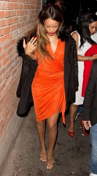 Wie kombinieren: schwarzer Pelz, orange Wickelkleid, goldene Leder Sandaletten