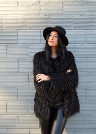Wie kombinieren: schwarzer Pelz, schwarze enge Hose aus Leder, schwarzer Wollhut