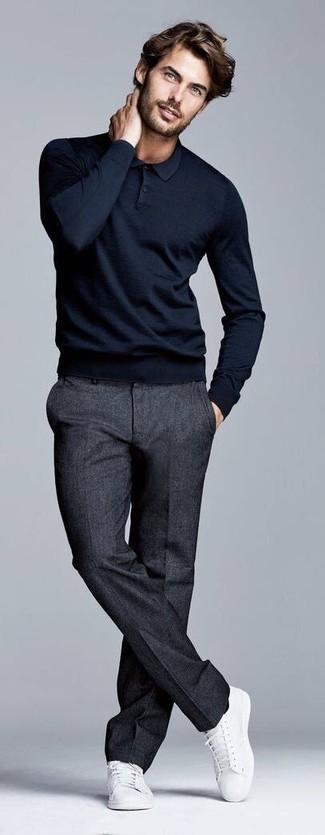 Wie kombinieren: schwarzer Polo Pullover, dunkelgraue Wollanzughose, weiße Segeltuch niedrige Sneakers