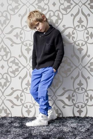 Wie kombinieren: schwarzer Pullover, blaue Hose, weiße Turnschuhe
