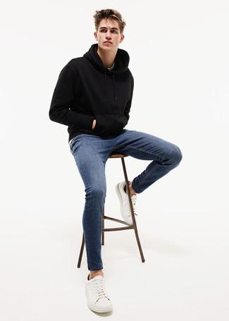 Wie kombinieren: schwarzer Pullover mit einem Kapuze, blaue enge Jeans, weiße Leder niedrige Sneakers