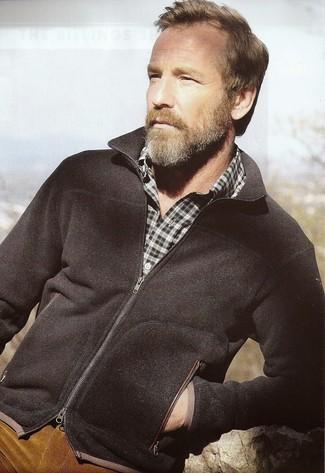 Wie kombinieren: schwarzer Pullover mit einem Reißverschluß, dunkelgrünes Langarmhemd mit Schottenmuster, rotbraune Kordjeans