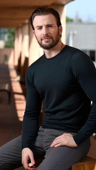 Wie kombinieren: schwarzer Pullover mit einem Rundhalsausschnitt, dunkelgraue enge Jeans