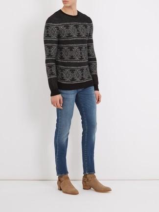 Wie kombinieren: schwarzer Pullover mit einem Rundhalsausschnitt mit Norwegermuster, blaue Jeans, beige Cowboystiefel aus Wildleder