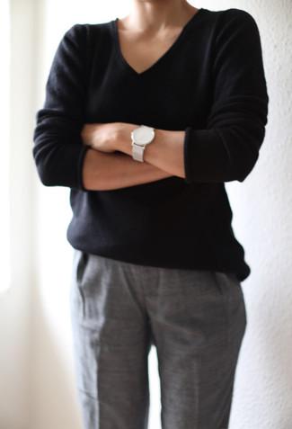 Wie kombinieren: schwarzer Pullover mit einem V-Ausschnitt, graue Anzughose, weiße Leder Uhr