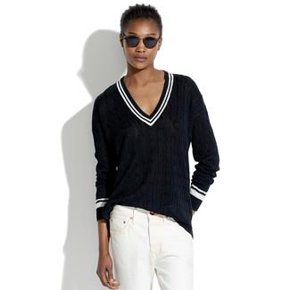 Wie kombinieren: schwarzer Pullover mit einem V-Ausschnitt, weiße Boyfriend Jeans, schwarze Sonnenbrille