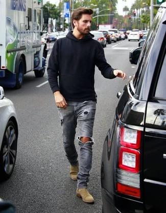 Schwarzer pullover mit kapuze graue jeans mit destroyed effekten beige chelsea stiefel aus wildleder large 18366