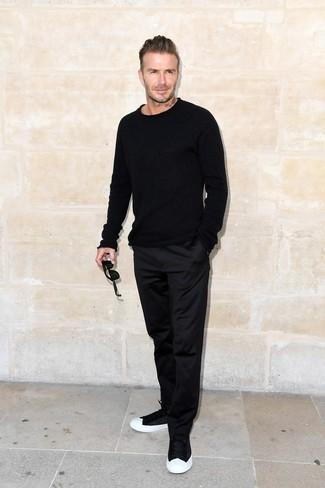 David Beckham trägt Schwarzer Pullover mit Rundhalsausschnitt, Schwarze Chinohose, Schwarze und weiße Niedrige Sneakers