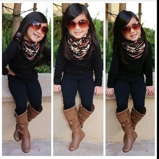 Wie kombinieren: schwarzer Pullover, schwarze Leggings, braune Stiefel