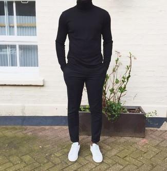 Schwarzen Rollkragenpullover kombinieren – 1045+ Herren Outfits: Vereinigen Sie einen schwarzen Rollkragenpullover mit einer schwarzen Chinohose, um mühelos alles zu meistern, was auch immer der Tag bringen mag. Wenn Sie nicht durch und durch formal auftreten möchten, wählen Sie weißen Segeltuch niedrige Sneakers.