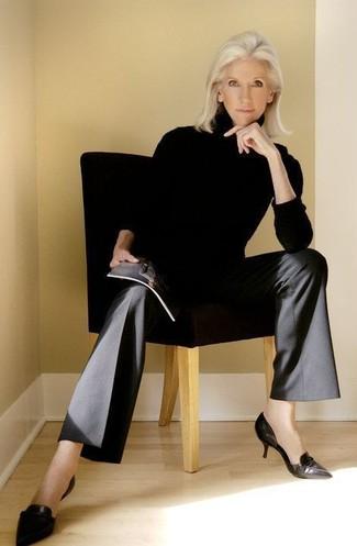 Schwarze weite Hose kombinieren – 107 Damen Outfits: Möchten Sie einen perfekten, entspannten Look schaffen, ist diese Kombi aus einem schwarzen Rollkragenpullover und einer schwarzen weiter Hose ganz super. Schwarze Leder Pumps sind eine großartige Wahl, um dieses Outfit zu vervollständigen.