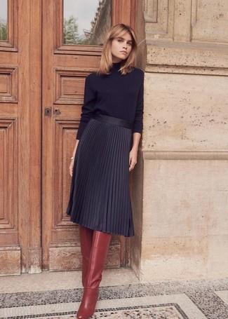 Dunkelrote kniehohe Stiefel aus Leder kombinieren – 23 Damen Outfits: Die Kombination aus einem schwarzen Rollkragenpullover und einem schwarzen Midirock mit Falten ist eine komfortable Wahl, um Besorgungen in der Stadt zu erledigen. Dunkelrote kniehohe Stiefel aus Leder sind eine ideale Wahl, um dieses Outfit zu vervollständigen.