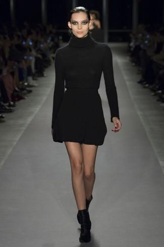 Wie kombinieren: schwarzer Rollkragenpullover, schwarzer Wollminirock, schwarze Samt Stiefeletten