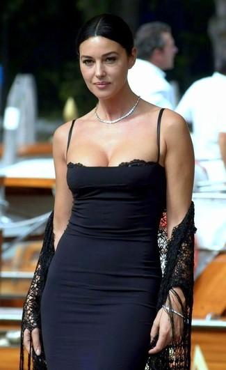 40 Jährige: Outfits Damen 2020: Tragen Sie ein schwarzes figurbetontes Kleid, um ein modisches Alltags-Outfit zu kreieren.