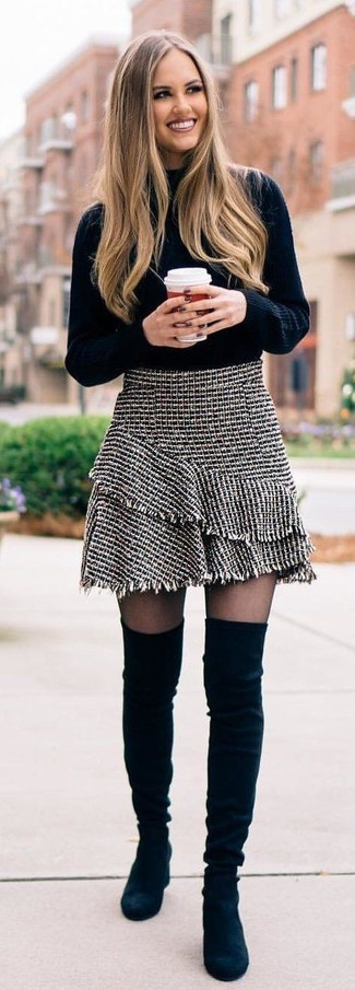 Wie kombinieren: schwarzer Strick Rollkragenpullover, grauer Tweed Minirock, schwarze Overknee Stiefel aus Wildleder