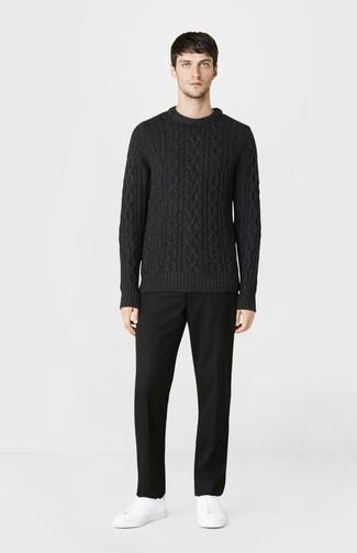 Wie kombinieren: schwarzer Strickpullover, schwarze Anzughose, weiße Leder niedrige Sneakers