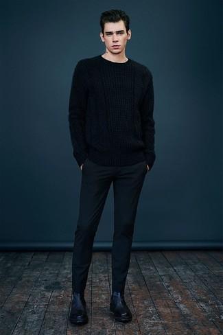 Wie kombinieren: schwarzer Strickpullover, schwarze Wollanzughose, schwarze Chelsea-Stiefel aus Leder