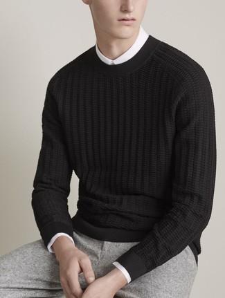Wie kombinieren: schwarzer Strickpullover, weißes Businesshemd, graue Wollanzughose