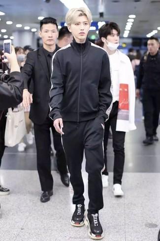 Wie kombinieren: schwarzer Trainingsanzug, schwarze Sportschuhe