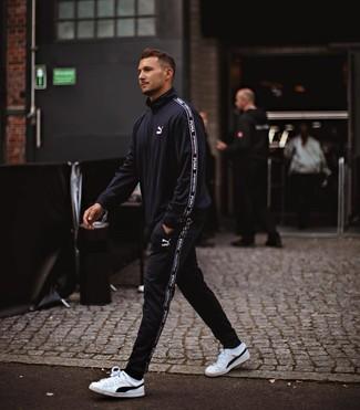 Wie kombinieren: schwarzer Trainingsanzug, weiße und schwarze Leder niedrige Sneakers, weiße Socken