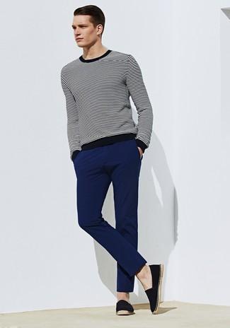schwarzer und weißer horizontal gestreifter Pullover mit einem Rundhalsausschnitt, dunkelblaue Chinohose, schwarze Segeltuch Espadrilles für Herren
