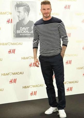 Wie kombinieren: schwarzer und weißer horizontal gestreifter Pullover mit einem Rundhalsausschnitt, schwarze Anzughose, weiße Leder niedrige Sneakers