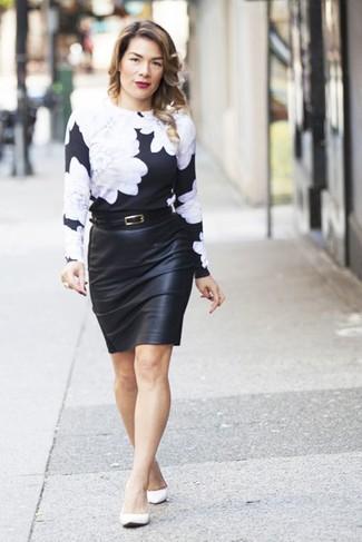 Wie kombinieren: schwarzer und weißer Pullover mit einem Rundhalsausschnitt mit Blumenmuster, schwarzer Leder Bleistiftrock, weiße Leder Ballerinas