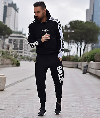 Wie kombinieren: schwarzer und weißer Trainingsanzug, schwarze Sportschuhe