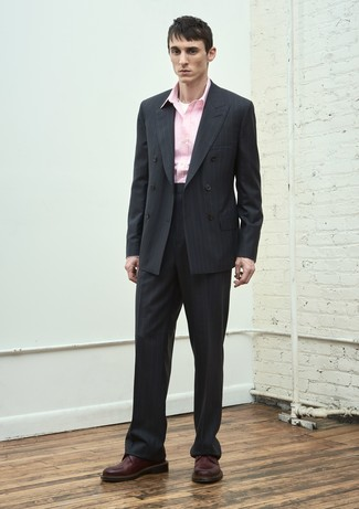 Wie kombinieren: schwarzer vertikal gestreifter Anzug, rosa Langarmhemd, dunkelrote Leder Derby Schuhe