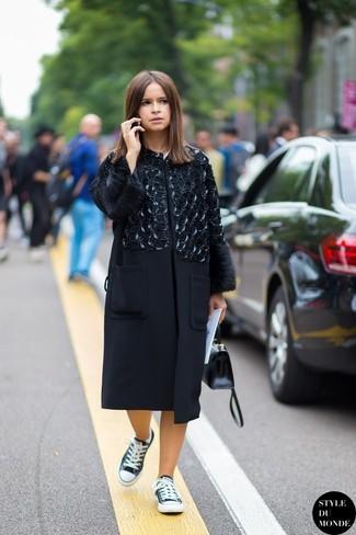 Miroslava Duma trägt Schwarzer verzierter Mantel, Schwarze und weiße Niedrige Sneakers, Schwarze Satchel-Tasche aus Leder