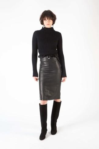 Wie kombinieren: schwarzer Wollrollkragenpullover, schwarzer Leder Bleistiftrock, schwarze kniehohe Stiefel aus Wildleder