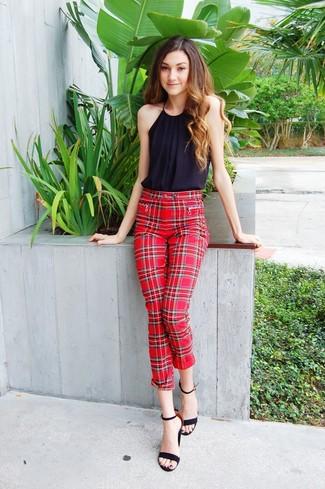 Wie kombinieren: schwarzes ärmelloses Oberteil, rote enge Hose mit Schottenmuster, schwarze Wildleder Sandaletten