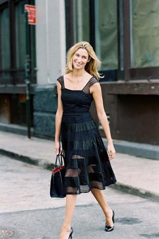 Entscheiden Sie sich für ein schwarzes gepunktetes ausgestelltes kleid aus netzstoff für einen gepflegten, eleganten Look. Komplettieren Sie Ihr Outfit mit schwarze leder pumps von Anna Field.