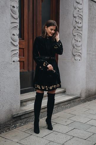 Wie kombinieren: schwarzes besticktes ausgestelltes Kleid aus Samt, schwarze Overknee Stiefel aus Wildleder, goldene Ohrringe