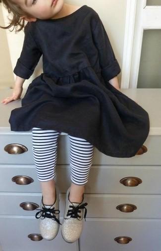 Wie kombinieren: schwarzes Baumwollkleid, weiße und schwarze horizontal gestreifte Leggings, goldene Oxford Schuhe