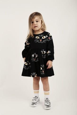 Wie kombinieren: schwarzes bedrucktes Kleid, weiße Turnschuhe, weiße Socke