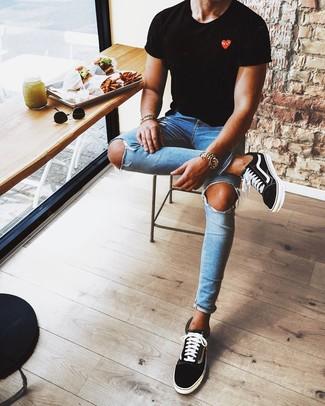 Wie kombinieren: schwarzes bedrucktes T-Shirt mit einem Rundhalsausschnitt, blaue enge Jeans mit Destroyed-Effekten, schwarze und weiße niedrige Sneakers