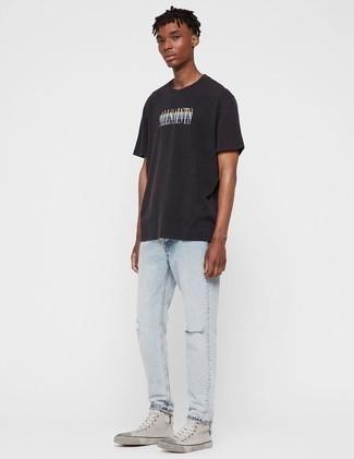 Teenager: Schwarzes bedrucktes T-Shirt mit einem Rundhalsausschnitt kombinieren – 18 Herren Outfits: Erwägen Sie das Tragen von einem schwarzen bedruckten T-Shirt mit einem Rundhalsausschnitt und hellblauen Jeans mit Destroyed-Effekten für einen entspannten Wochenend-Look. Komplettieren Sie Ihr Outfit mit grauen hohen Sneakers aus Segeltuch.