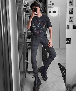 Herren Outfits 2021: Für ein bequemes Couch-Outfit, kombinieren Sie ein schwarzes bedrucktes T-Shirt mit einem Rundhalsausschnitt mit einer schwarzen Chinohose mit Schottenmuster. Fühlen Sie sich mutig? Komplettieren Sie Ihr Outfit mit schwarzen Lederarbeitsstiefeln.