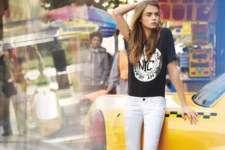 Schwarzes bedrucktes t shirt mit einem rundhalsausschnitt weisse enge jeans large 1139