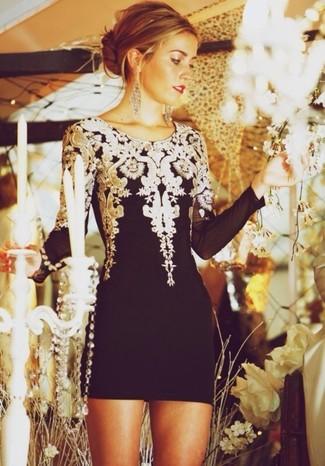 Entscheiden Sie sich für ein Schwarzes Cocktailkleid, um einen eleganten, aber nicht zu festlichen Look zu kreieren.