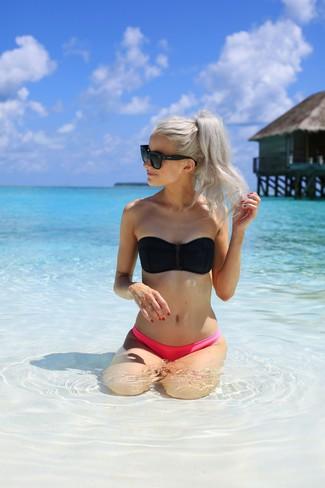 Wie kombinieren: schwarzes Bikinioberteil, fuchsia Bikinihose, schwarze Sonnenbrille
