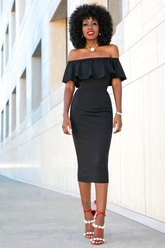 Wie kombinieren: schwarzes figurbetontes Kleid, rote Leder Sandaletten, weiße Perlenkette